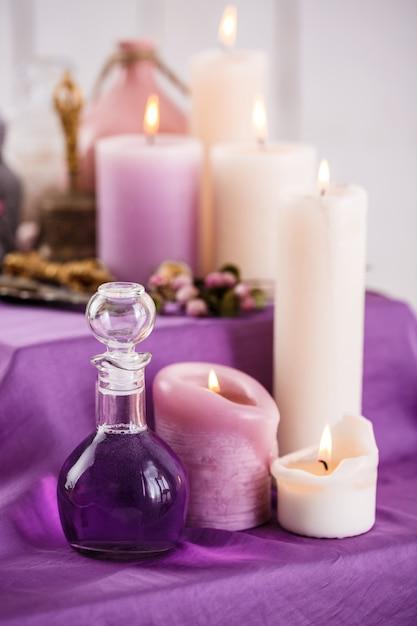 Flaschen mit ätherischem aromaöl und aromakerzen. spa-einstellung Kostenlose Fotos