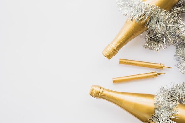 Flaschen trinken in der nähe von lametta und feuerwerk wunderkerzen Kostenlose Fotos