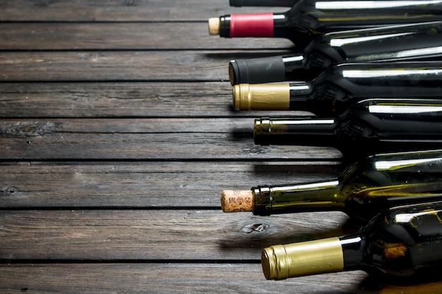Flaschen weiß- und rotwein. auf einem holz. Premium Fotos