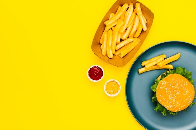 Flat-lay-burger und pommes mit exemplar Kostenlose Fotos