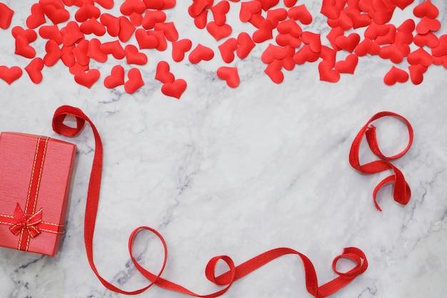 Flat-lay-hintergrund zum valentinstag, liebe, herzen, geschenkbox copy space Premium Fotos