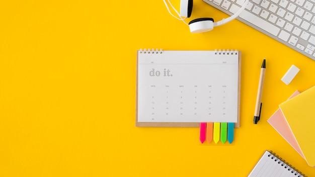 Flat-lay-kalender und kopfhörer kopieren platz Kostenlose Fotos