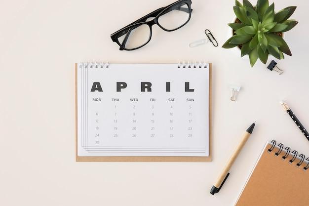 Flat lay planer april kalender Kostenlose Fotos