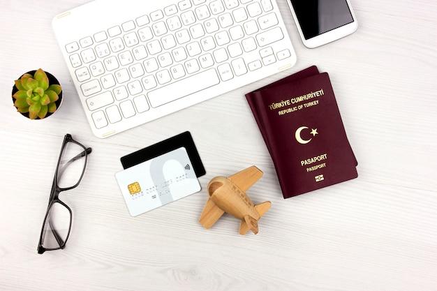 Flatlay mit türkischem pass, flugzeug und geld Premium Fotos