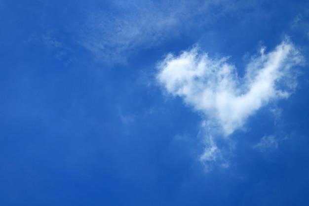 Flaumige wolke der reinen weißen natürlichen herz-form auf klarem blauem tropischem sunny sky von bangkok, thailand Premium Fotos