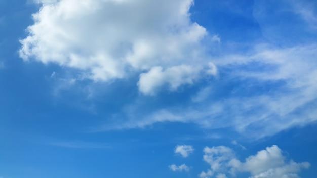Flaumige wolken im hintergrund des blauen himmels Kostenlose Fotos