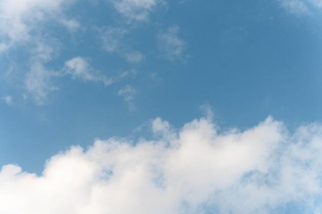 Flauschige wolken auf einem blauen himmel Kostenlose Fotos