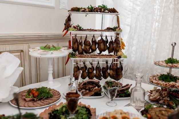 Fleisch auf dem catering-tisch auf der veranstaltung Kostenlose Fotos