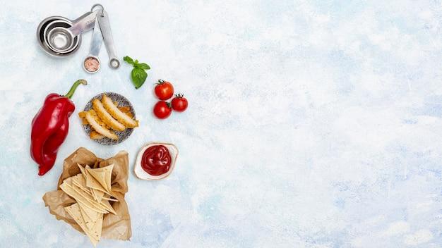 Fleisch auf platte mit chips und buntem gemüse Kostenlose Fotos