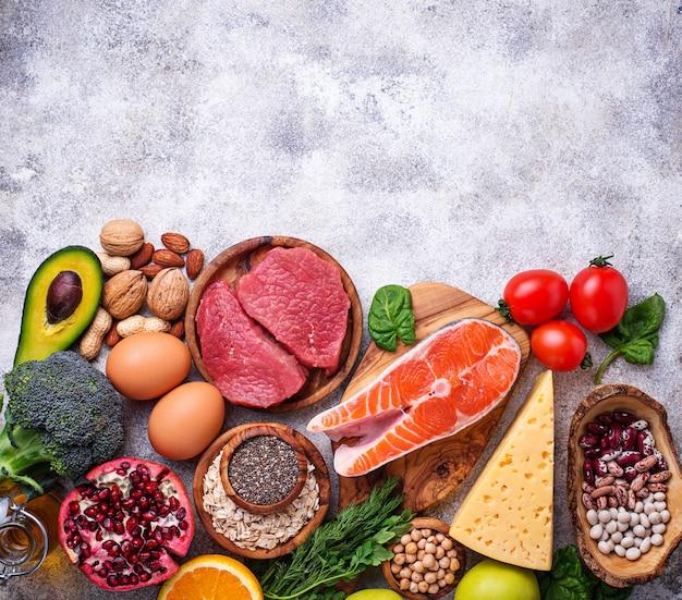 Fleisch, fisch, hülsenfrüchte, nüsse und gemüse. Premium Fotos