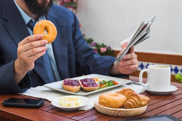 Fleisch fressender donut in der gaststätte Kostenlose Fotos