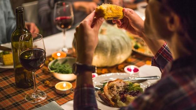 Fleisch fressender mais am tisch Kostenlose Fotos