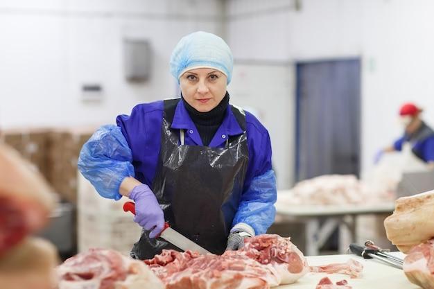 Fleisch im schlachthof schneiden Premium Fotos