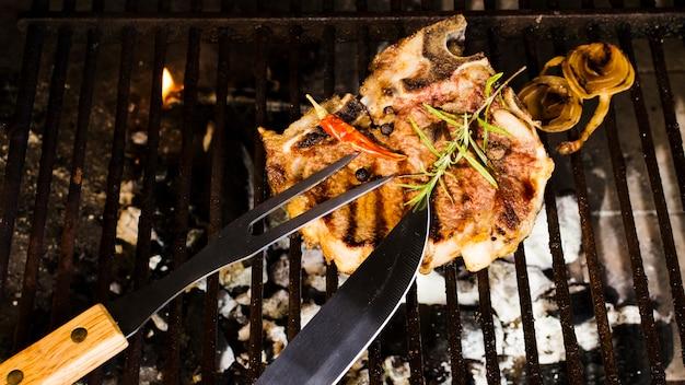 Fleisch mit gewürzen auf holzkohlen grillen Kostenlose Fotos