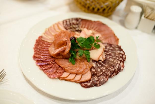 Fleisch und wurst schneiden. Premium Fotos