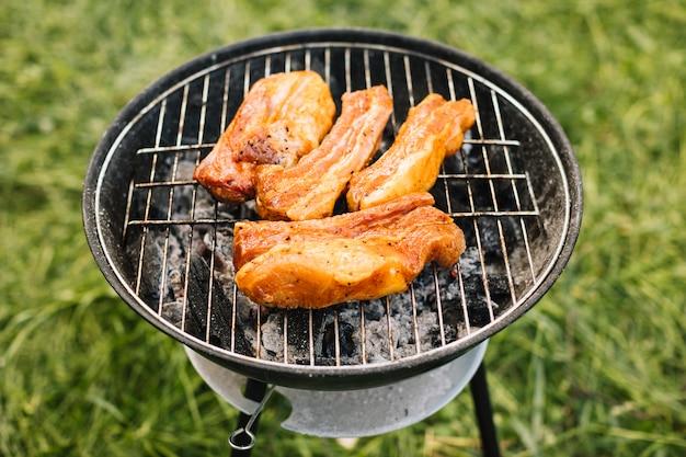Fleisch vom grill in der natur Kostenlose Fotos