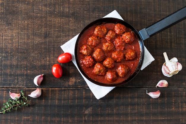 Fleischbällchen mit süß-saurer tomatensauce in der pfanne Kostenlose Fotos
