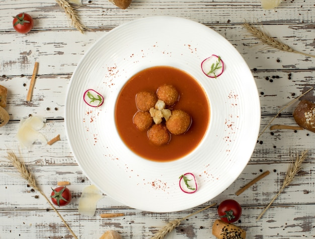 Fleischballsuppe in der tomatensauce innerhalb einer weißen schüsselplatte. Kostenlose Fotos