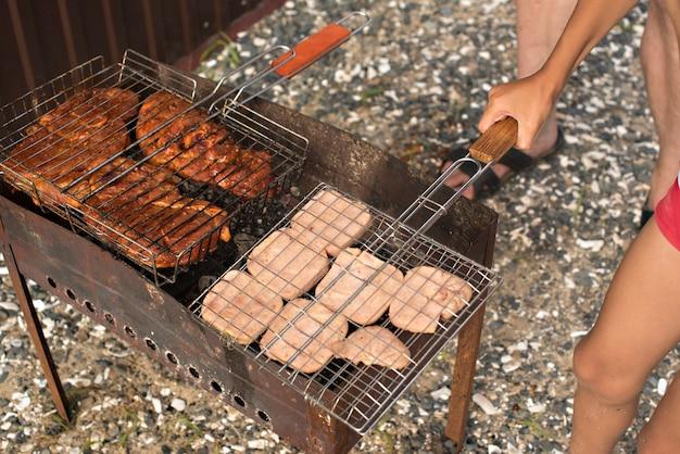 Fleischgrill auf einem sommerabendkampieren Premium Fotos