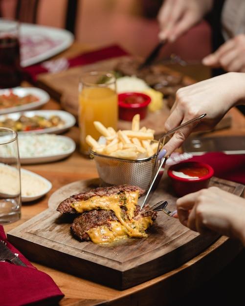 Fleischkotelett mit käse Kostenlose Fotos