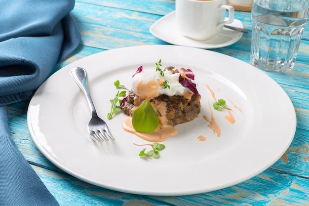 Fleischkoteletts auf einem hölzernen brett Premium Fotos