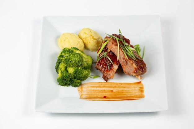 Fleischplatte mit barbecue-sauce kartoffelpüree und brokkoli Kostenlose Fotos