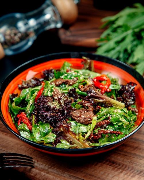Fleischsalat mit gemüse auf dem tisch Kostenlose Fotos