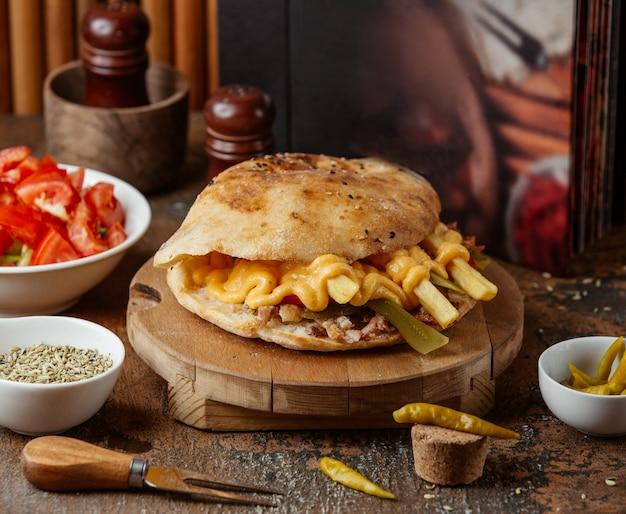 Fleischspender mit käse im fladenbrot Kostenlose Fotos