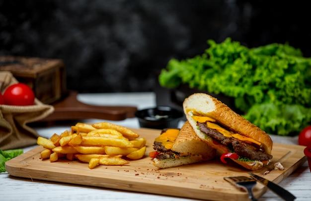 Fleischspender mit pommes frites Kostenlose Fotos