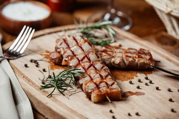 Fleischsteak mit schwarzem pfeffer und rosmarin. Kostenlose Fotos