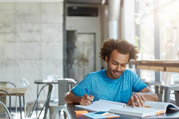Fleißiger aufgeregter afroamerikanischer a-student, der sich glücklich fühlt Kostenlose Fotos