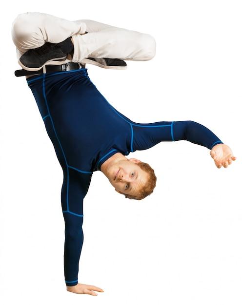 Flexibler sportlicher junger mann, der die übungen ausdehnend lokalisiert auf weißem hintergrund tut Premium Fotos