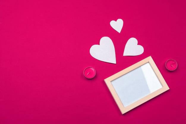Fliegende rote papierherzen. valentinstag. liebe. kopieren sie platz. Premium Fotos