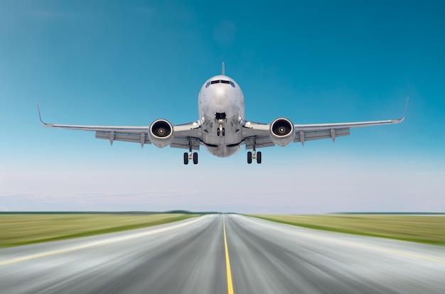 Fliegender abflug der flugzeugflugzeuge nach flug, landungsgeschwindigkeitsbewegung auf einer rollbahn am tag des klaren himmels des guten wetters. Premium Fotos