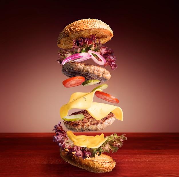 Fliegender klassischer burger Premium Fotos