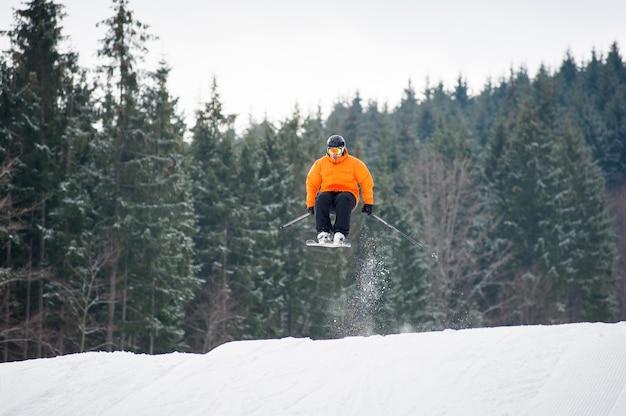 Fliegender skifahrer am sprung von der steigung der berge Premium Fotos