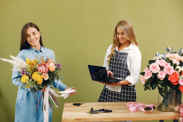 Florist macht einen schönen blumenstrauß in einem studio Kostenlose Fotos