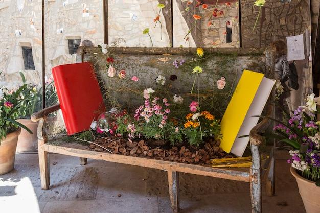 Floristische kunststräuße kompositionen beim girona flower festival tiempo de flores Premium Fotos