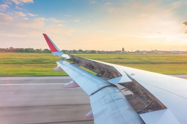 Flügel während der landung auf der landebahn brechen Premium Fotos