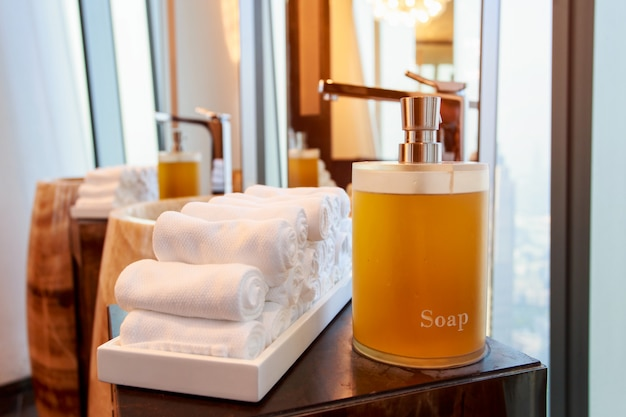 Flüssigseifenflasche auf der badewanne im modernen badezimmer zu hause, hotel Premium Fotos