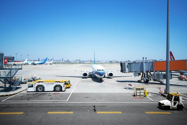 Flughafen mit vielen flugzeugen bei schönem sonnenuntergang Premium Fotos