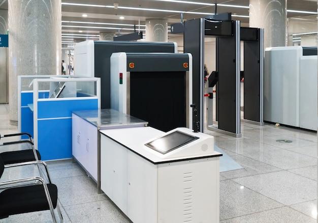 Flughafensicherheitskontrolle mit metalldetektor Premium Fotos