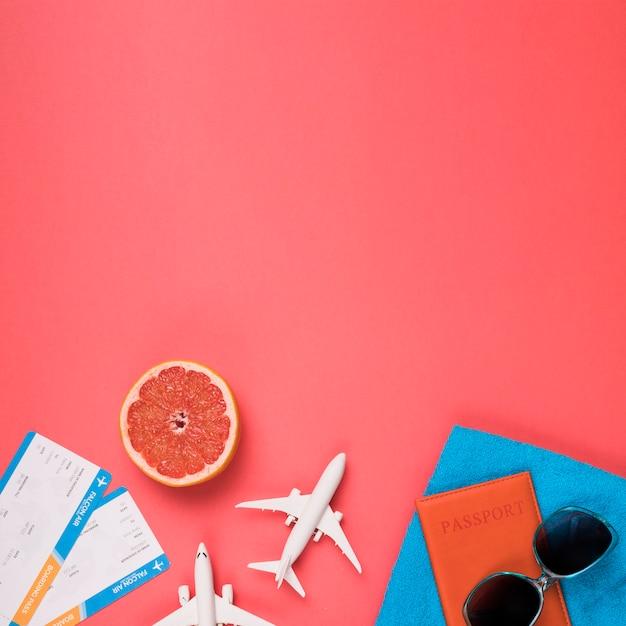 Flugkonzept mit pampelmuse und sonnenbrille Kostenlose Fotos