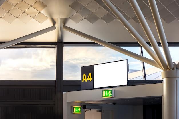Flugsteig a4 im abflugterminal des internationalen flughafens Premium Fotos