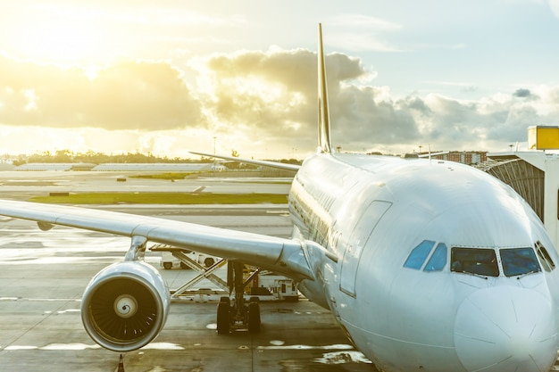 Flugzeug am flughafen nahaufnahme bei sonnenuntergang Premium Fotos