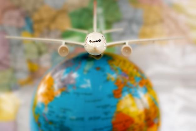 Flugzeug auf der weltkarte. Premium Fotos