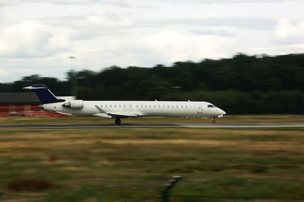 Flugzeug beim start. großes flugzeug auf der landebahn. von der seite Premium Fotos