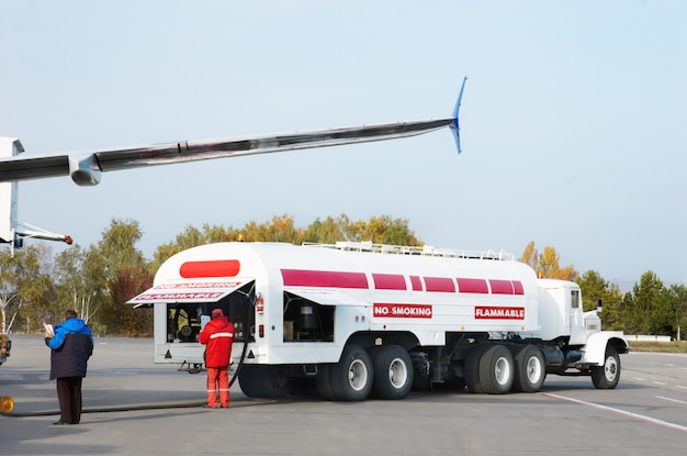 Flugzeug tanken Premium Fotos