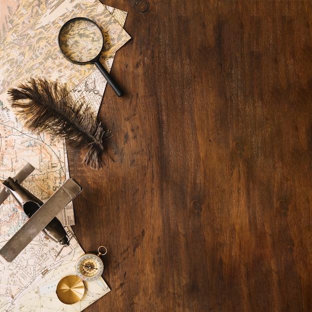 flugzeug und feder in der n he von touristen sachen auf holz tischplatte download der. Black Bedroom Furniture Sets. Home Design Ideas