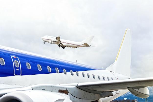Flugzeuge, die am flughafen abheben Premium Fotos